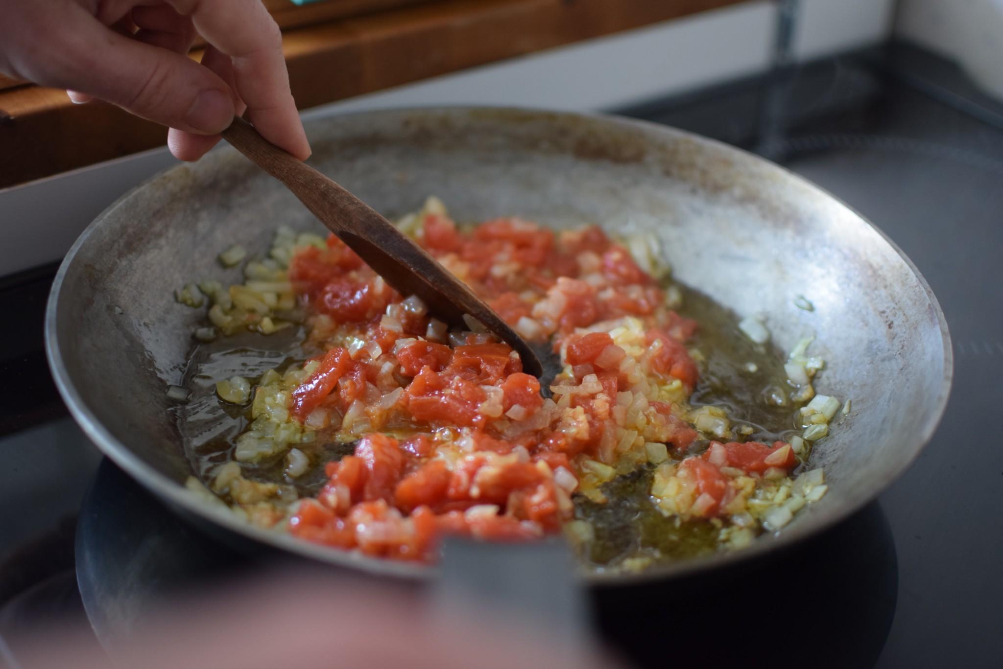 Faites cuire oignons ail et tomates pour le dahl