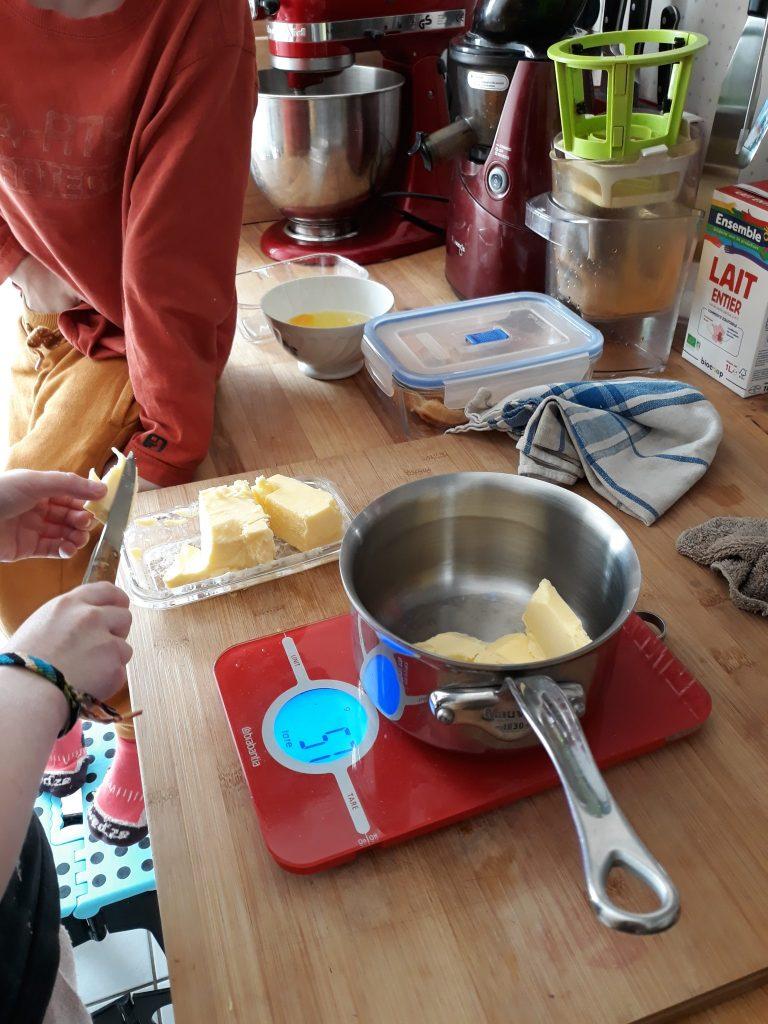Faire fonde le beurre pour le gâteau au citron
